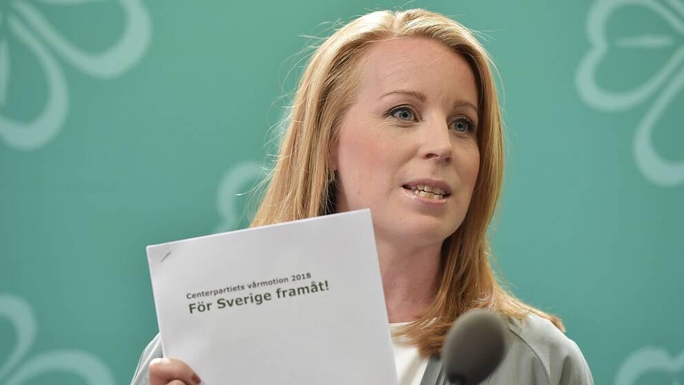 Centerpartiets ledare Annie Lööf håller i partiets vårbudgetmotion.