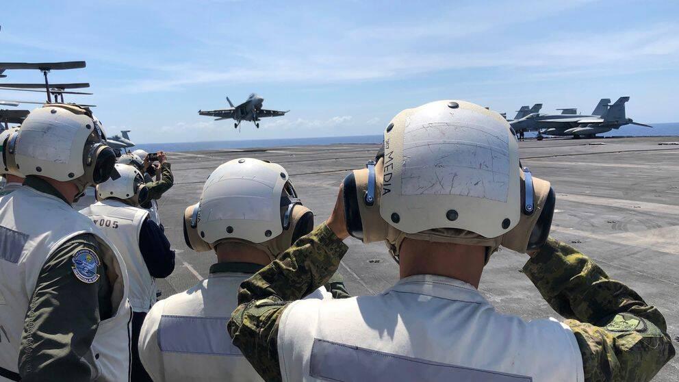 Ett amerikanskt F-18 stridsflygplan landar hangarfartyget Theodore Roosevelt i Sydkinesiska havet. Kina har mer än fördubblat sina militärutgifter på mindre än tio år.