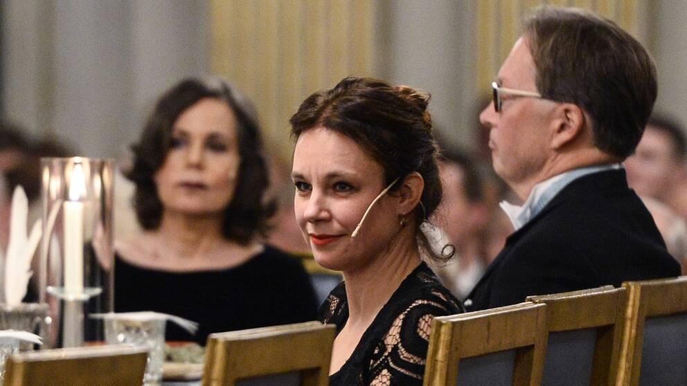 Sara Stridsberg i förgrunden. I bakgrunden fd ständiga sekreteraren Sara Danius och ledamoten Horace Engdahl.