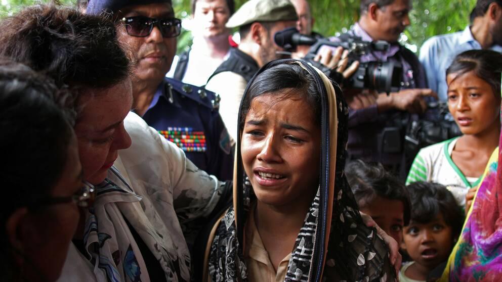 Den brittiska FN-ambassadören Karen Pierce tröstar en gråtande 12-årig rohingya-flicka. Pierce är en av representanterna som besöker flyktingläger i Bangladesh för att höra vittnesmål.