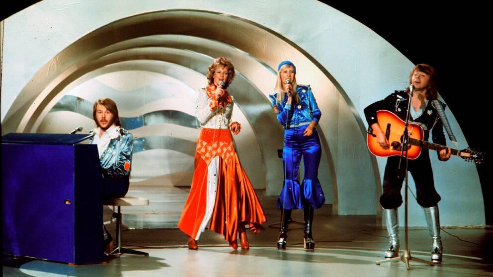 Bild på Abba som uppträder på Eurovisionsschlagerfestivalen 1974.