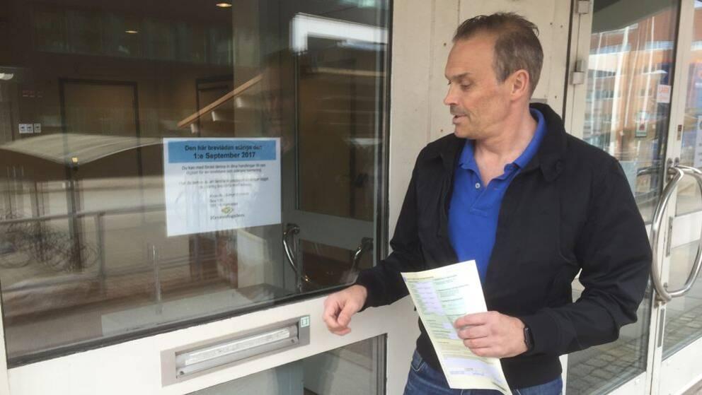 Mikael Lunneryd utanför Skatteverkets igenbommade brevlåda i Halmstad.