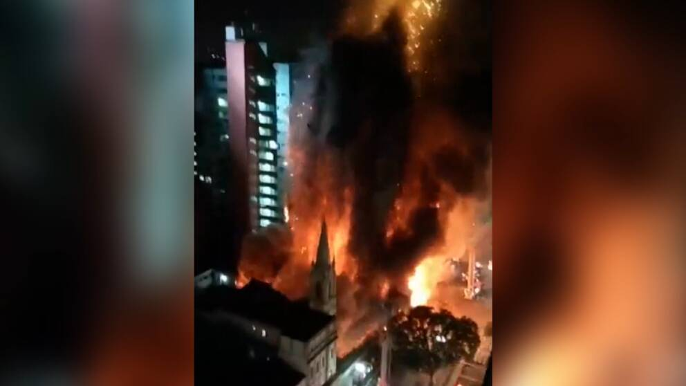 En skyskrapa kollapsar i ett hav av eld