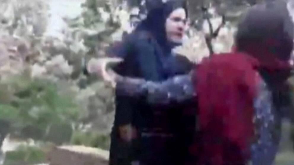 En kvinna blir slagen av Irans så kallade moralpolis. Hon är enligt poliserna inte tillräckligt täckt för att vistas utomhus.