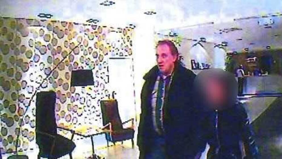 SD-politikern Göran Eklund på väg in till hotellet i sällskap med eskortflickan.