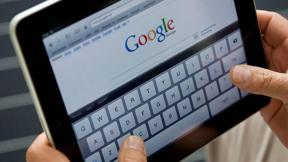 En surfplatta och söktjänsten Google på skärmen.