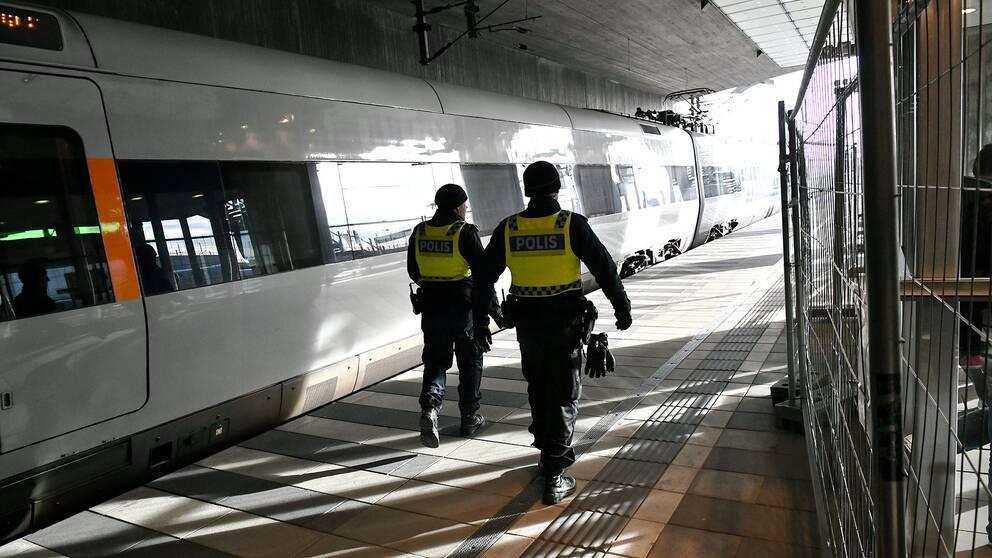 Polis vid gränskontrollen vid Hyllie tågstation i Malmö
