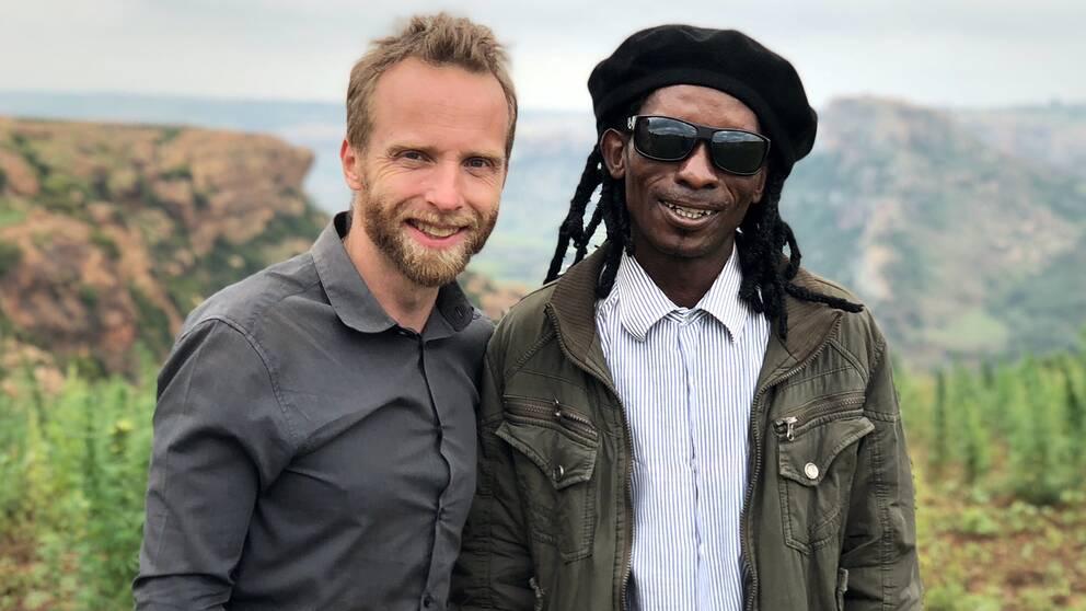 SVT:s Afrikakorrespondent Johan Ripås och marijuanaodlaren Kotsoana.