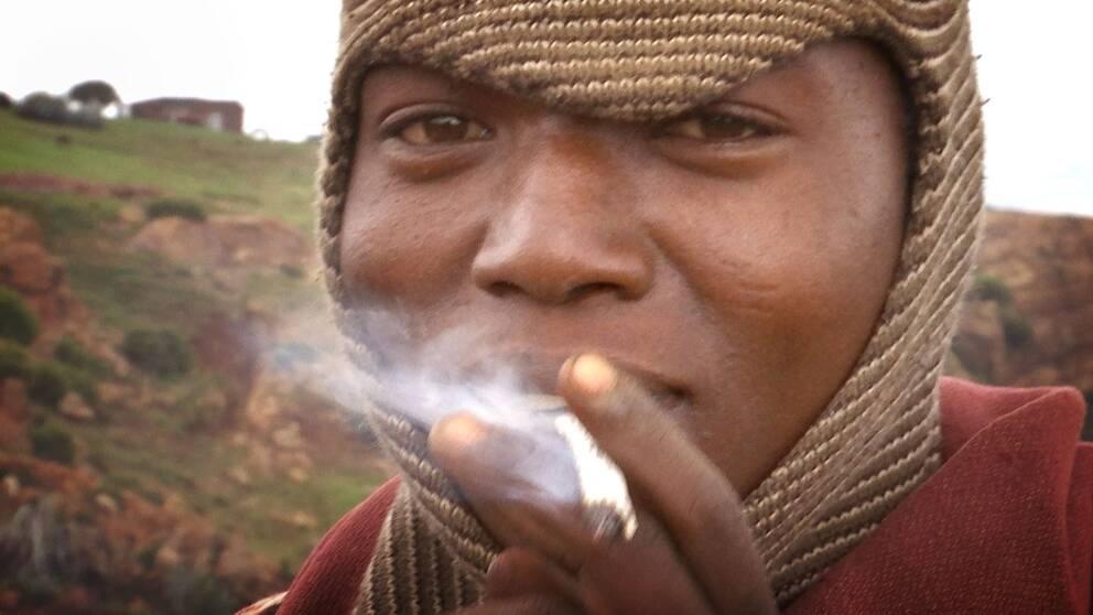 Rökande arbetare.