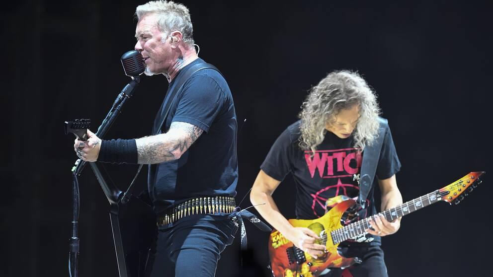 Sångaren James Hetfield (till vänster) och gitarristen Kirk Hammeth i spetsen för gruppen Metallica vid lördagens spelning på Globen.
