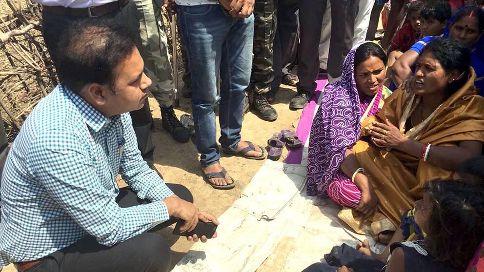 Biträdande polischef Jitendra Singh talar med den mördade 16-åriga flickans familj i byn Raja Kundra.