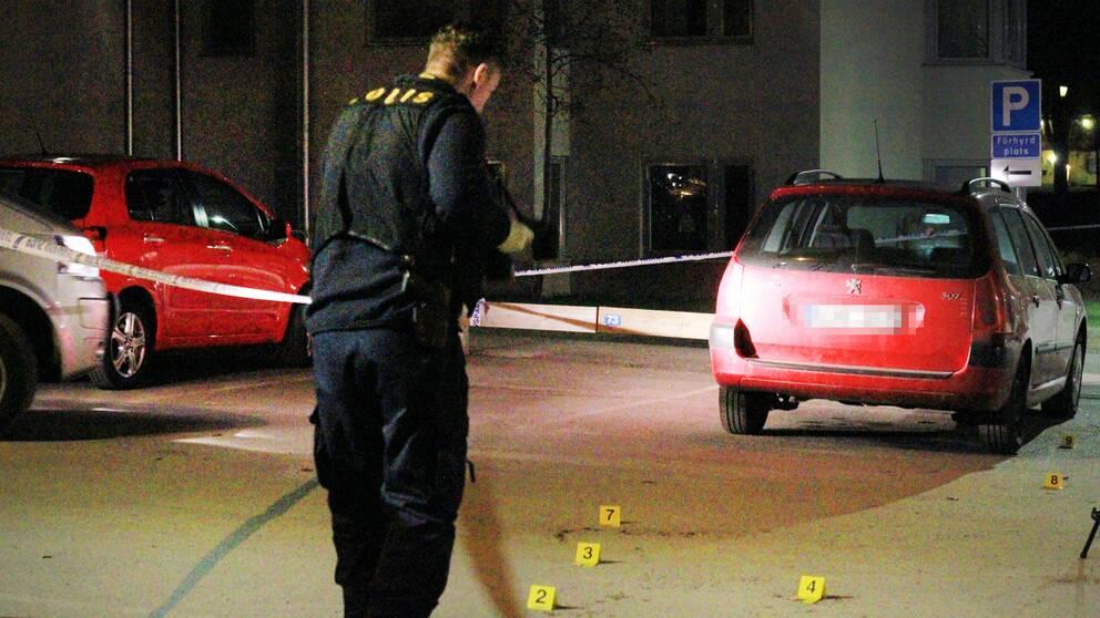 Polisens tekniker på plats i Sandviken, sent på söndagskvällen efter larm om knivskärning
