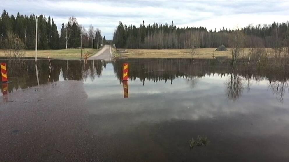 Översvämmad väg i Stigsjö väster om Härnösand.