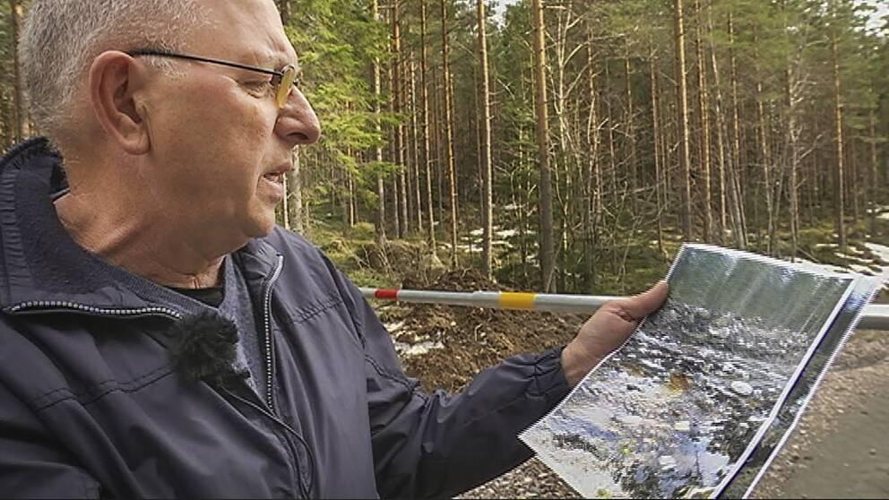 Fiskevårdsföreningens ordförande Sten-Björn Sköld visar bilder på den förstörda Bullerbäcken.