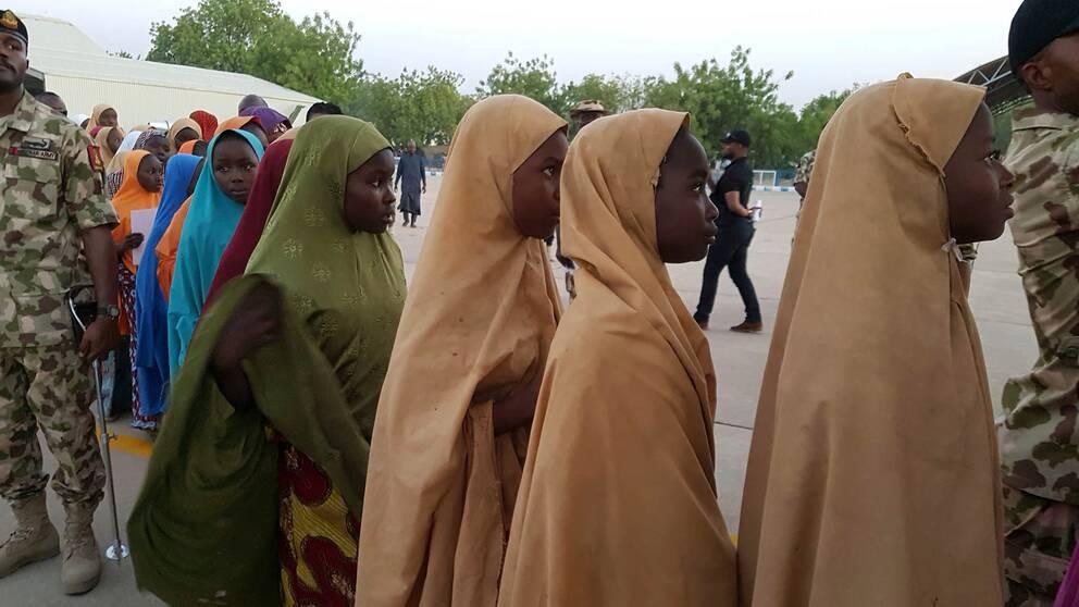 Ett tiotal flickor står på rad.