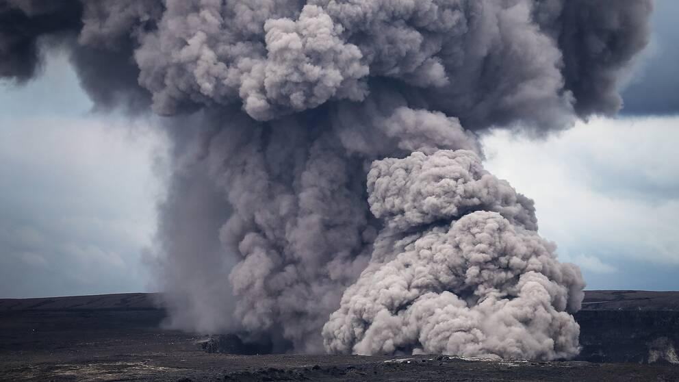 Askmoln stiger upp från vulkanen Kilauea på Hawaii.