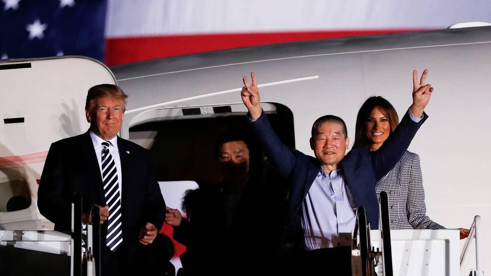 Donald Trump tar emot de tre ex-fångarna på flygbasen Joint Base Andrews i Maryland.