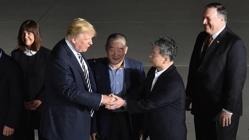 Donald Trump skakar hand med ex-fången Kim Hak-Song.