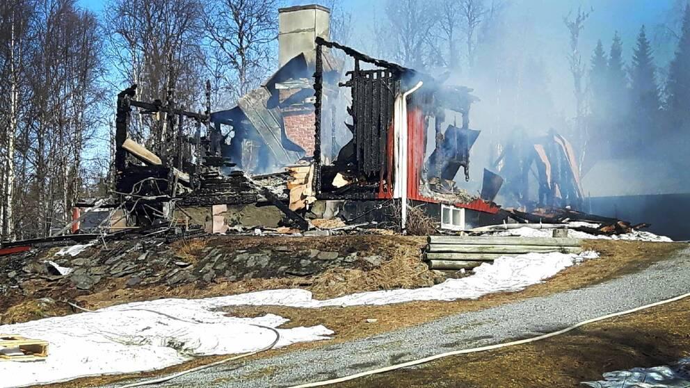 Barn uppges saknas efter villabrand