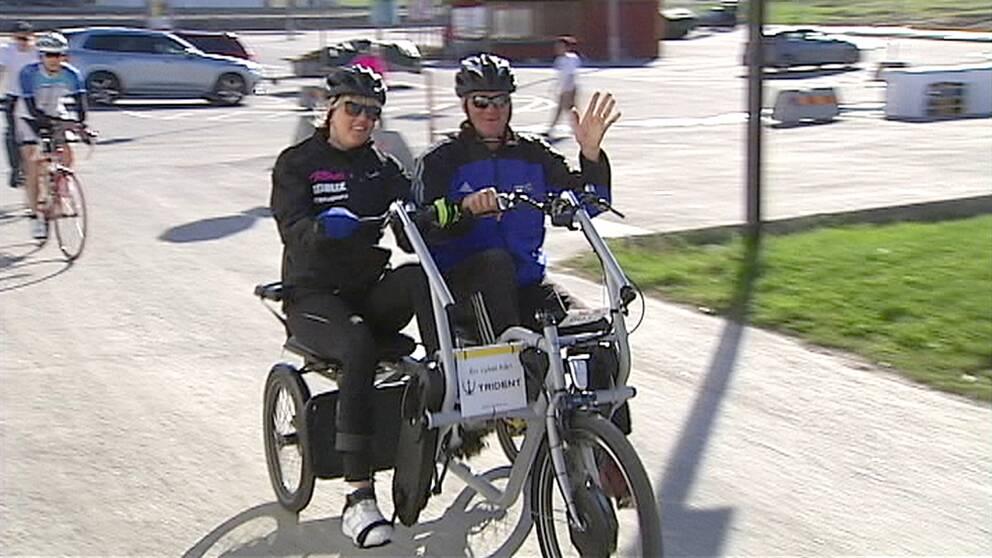 Anna Holmlund cyklar med pappa Lars