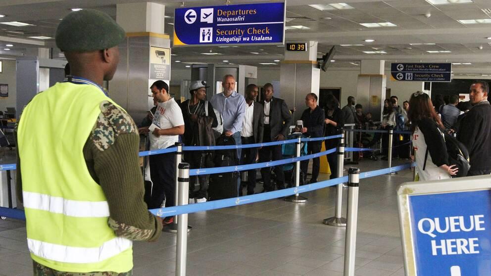 Passagerare köar för att bli screenade för ebola på Jomo Kenyatta-flygplatsen i Nairobi, Kenya, efter att landet införde kontroller på fredagen.