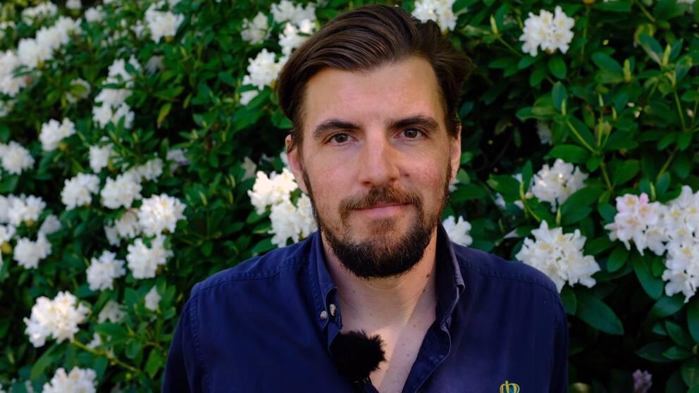 Mikael Elfving, trädgårdschef på Sofiero, framför en rhododendronbuske.