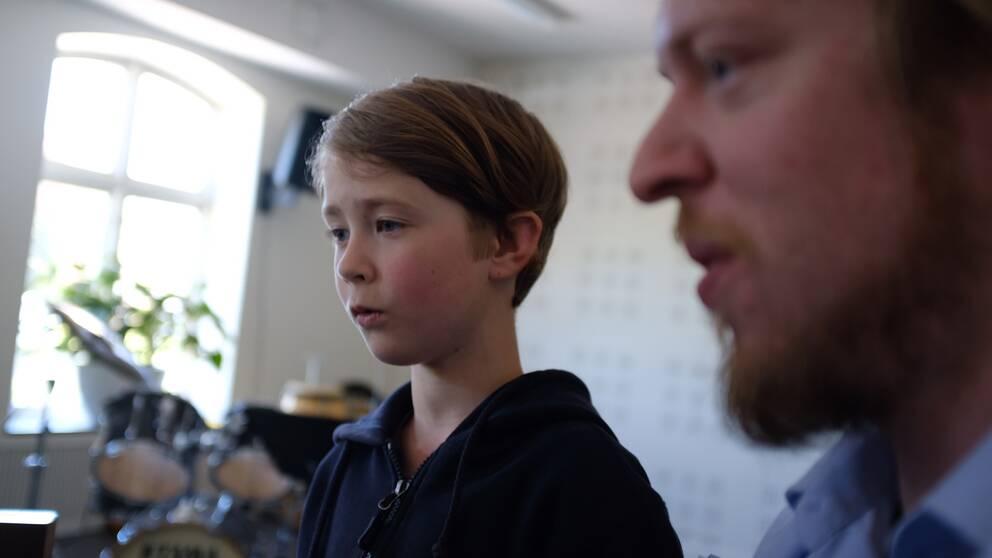 Sångaren Torsten Edén läser noter tillsammans med tonsättaren Esgil Kolind.