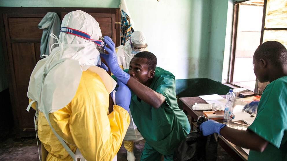 Hälsoarbetare utrustas i staden Bikoro där utbrottet först upptäcktes.