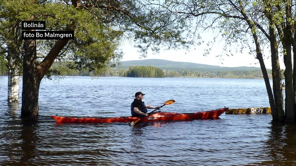 När sjön Varpen i Bollnäs i Hälsingland svämmat över kan man paddla mellan parkbänkarna den 13 maj.