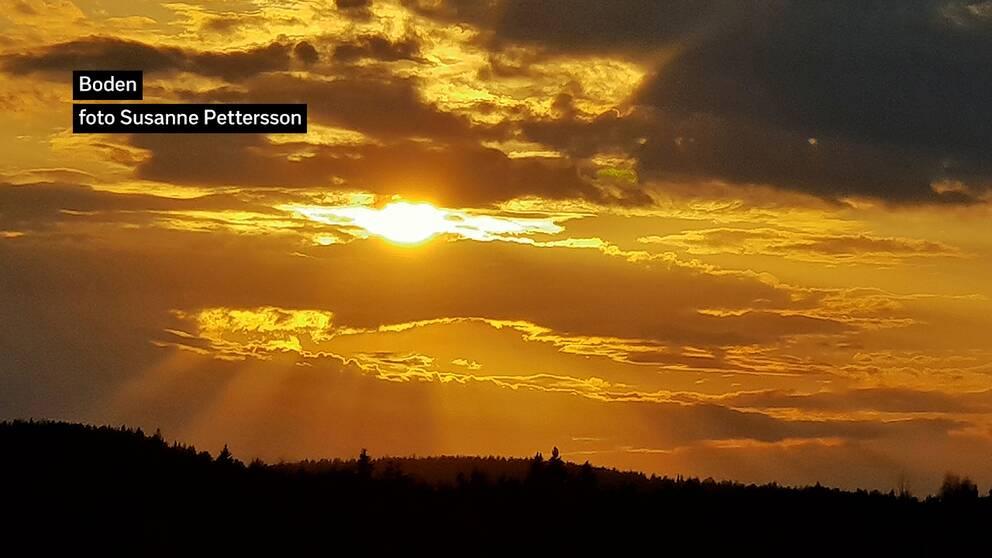 Färggrann solnedgång i Boden i Norrbotten den 12 maj.