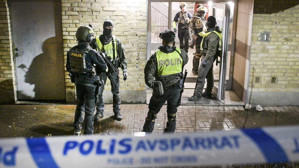 Polisens insatsstyrka i samband med en misstänkt skottlossning i Malmö – detta är en typ av brottslighet som skapar oro och som gjort att lag och ordning sannolikt blir en stor valfråga, analyserar SVT:s Mats Knutson.