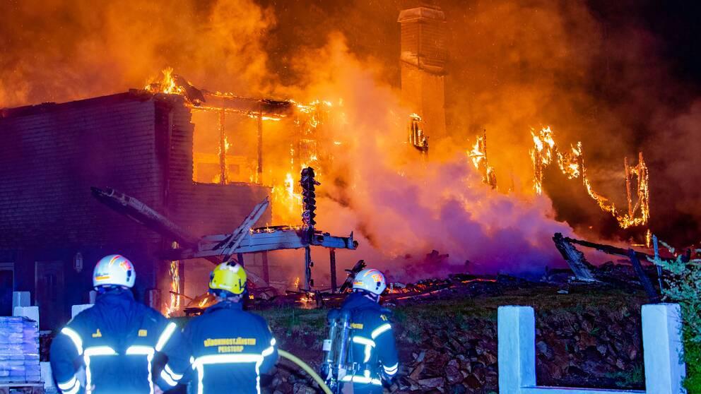 Man raddad ur brinnande villa