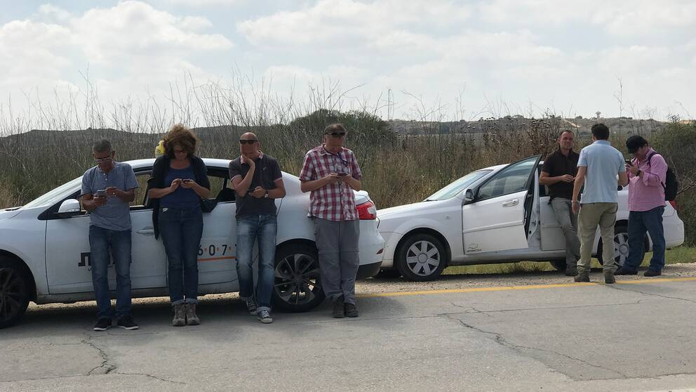 Journalister väntar på att få gå igenom gränsen till Gaza.