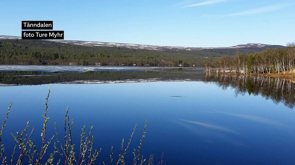Tänndalen 15 maj 08.35 Underbar morgon med is, fjäll och begynnande grönska i Tänndalssjön.