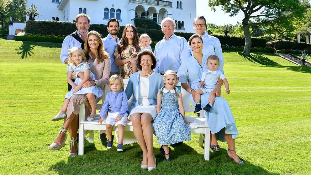 Övre raden från vänster: Christopher O'Neill, prins Carl Philip, prinsessan Sofia, prins Alexander, kung Carl Gustaf, prins Daniel. Undre raden från vänster: Prinsessan Leonore, prinsessan Madeline, prins Nicolas, drottning Silvia, prinsessan Estelle, kronprinsessan Victoria, prins Oscar fotograferade utanför Sollidens slott på Öland.