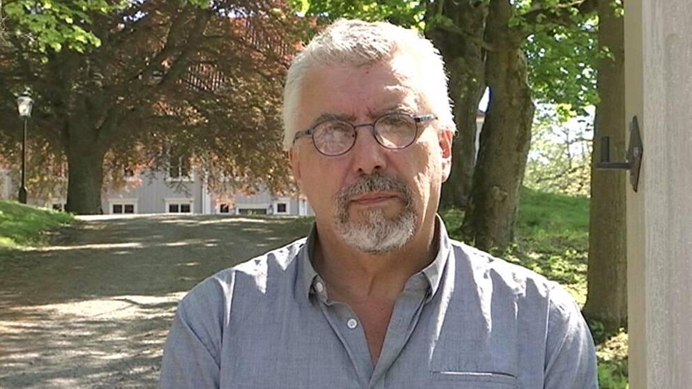 Mikael Nordström, enhetschef för kulturmiljö på Jönköpings läns museum, framför Strömsbergs gård.