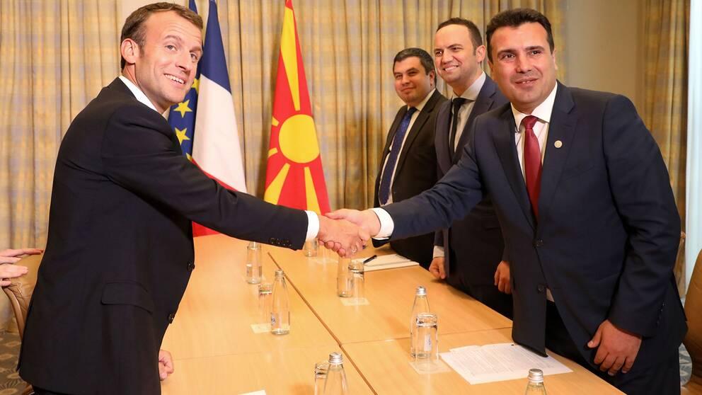 Frankrikes president Emmanuel Macron skakar han med Makedoniens premiärminister Zoran Zaev i Sofia på tisdagen.