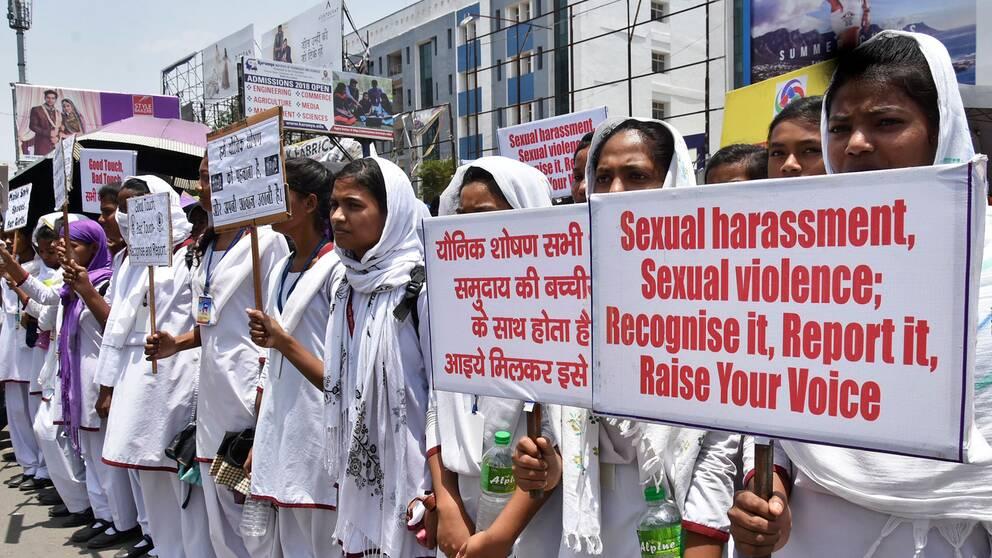 Indiska skolungdomar protesterar den 8 maj, efter att en ung flicka våldtagits och mördats.
