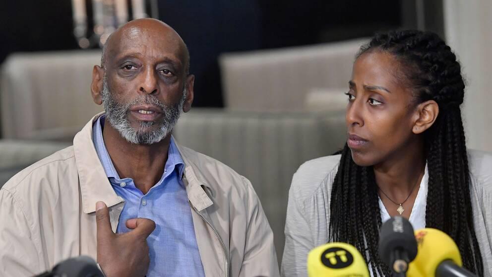 Fikru Maru och hans dotter Emy Maru på presskonferensen