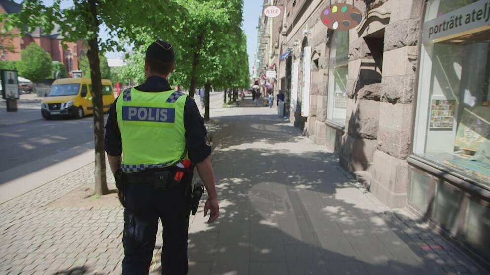 Polisinspektör Jonas Berg patrullerar stadsdelen Söder i Helsingborg, som enligt polisens trygghetsmätning 2017 är Sydsveriges mest otrygga stadsdel.