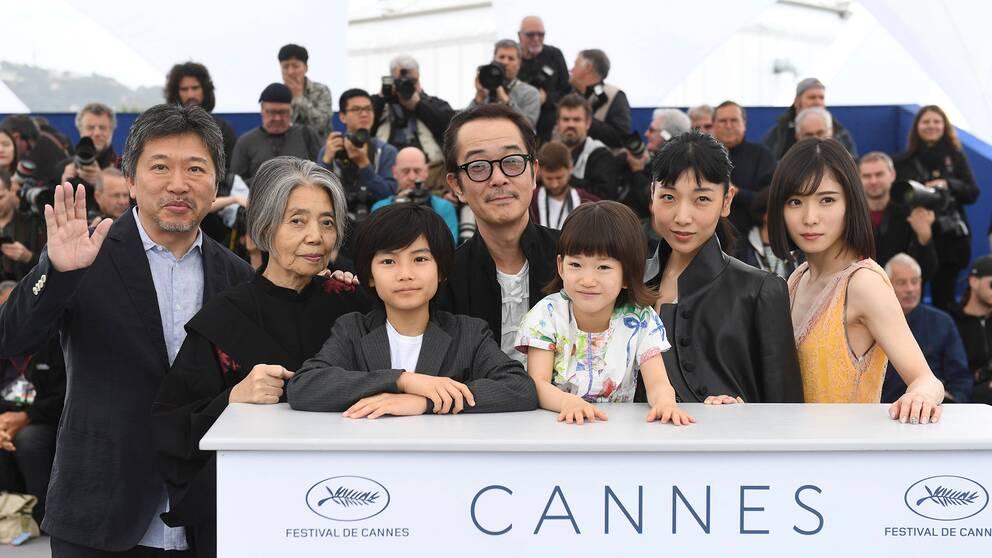 Regissör Hirokazu Kore-Eda och skådespelarna Kirin Kiki, Jyo Kairi, Lily Franky, Miyu Sasaki, Sakura Ando och Mayu Matsuoka på plats i Cannes.