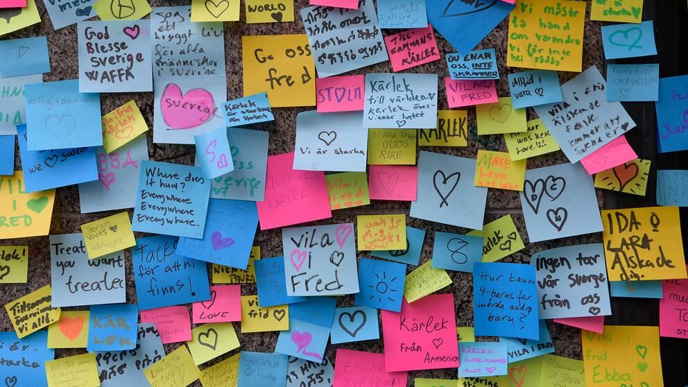 Post it-lappar till minnet för terrordådet på Drottninggatan.