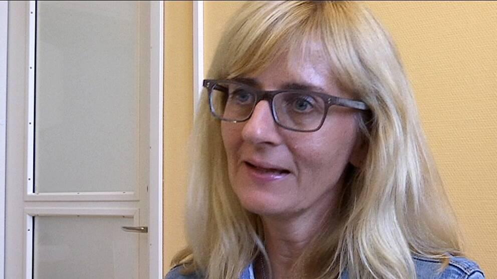 porträtt på blond kvinna med glasögon