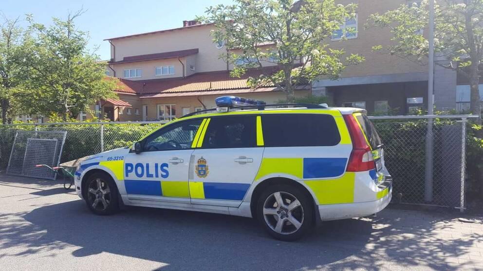 Polis på plats vid Bergaskolans tillfälliga lokaler på Sundsbroskolan i Malmö.