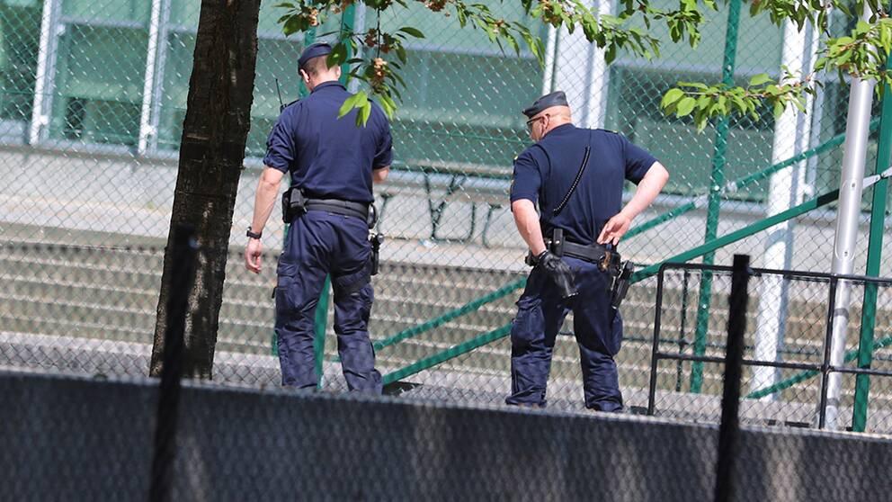 Tre man greps vid skolgarden