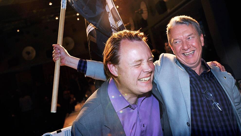 Tidigare partiledaren Rick Falkvinge och parlamentsledamoten Christian Engström vid valvakan 2009.