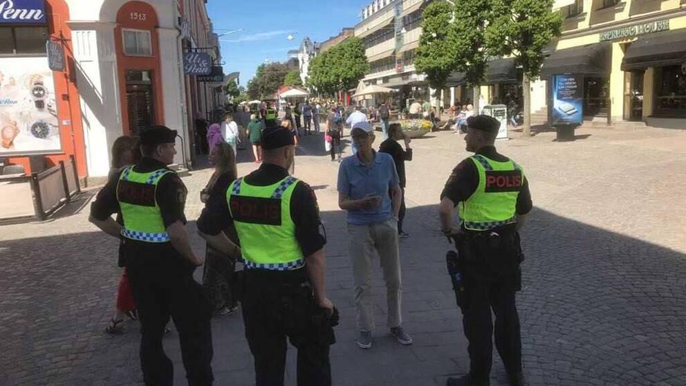 poliser som pratar med folk på gatan