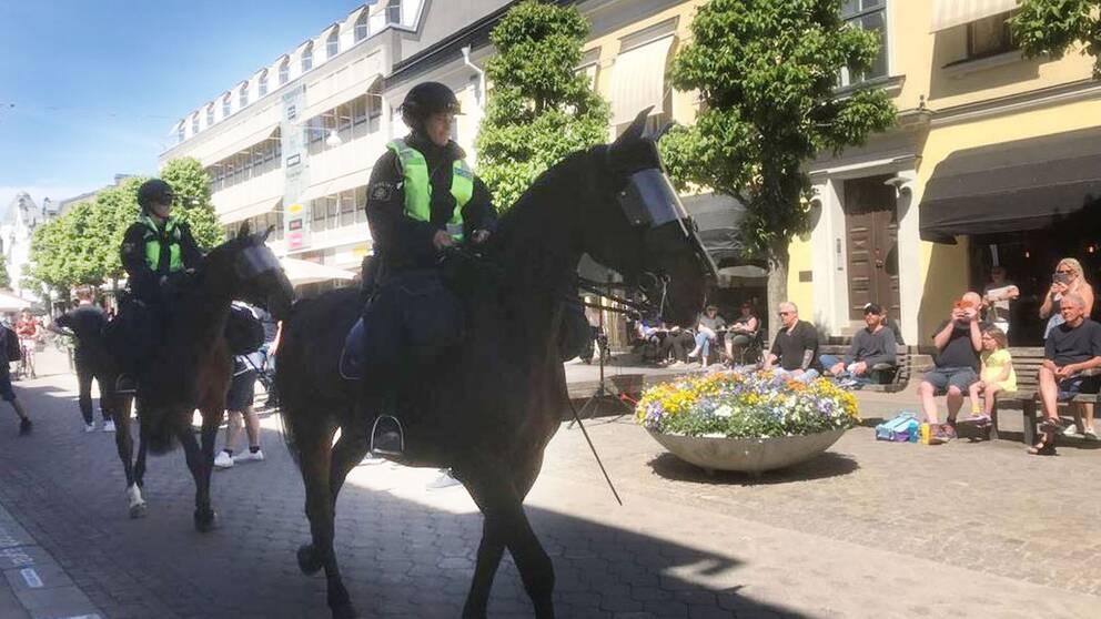 Polis till häst på Storgatan inför torgmötet.
