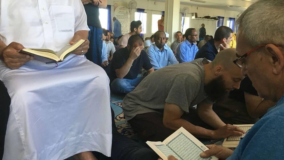 Många deltagare i fredagsbönen.