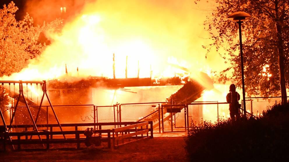 Totalt 28 brandmän skickades under natten till den omfattande branden i förskolebyggnaden i Malmö.